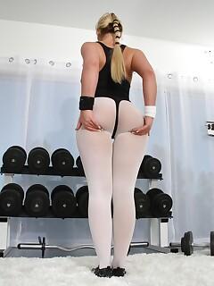 Curvy big Phoenix Marie & petite slim Proxy Paige flaunt hot ass working out