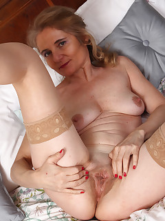 Mature Pictures Featuring 48 Year Old Isabella B From AllOver30