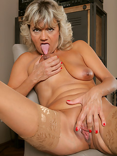 Mature Pictures Featuring 51 Year Old Sherry D From AllOver30