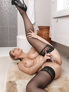 Mature Pictures Featuring 34 Year Old Daria Glower From AllOver30