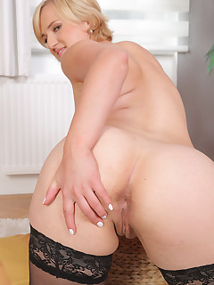 Featuring 30 Year Old Lu Berry from Benesov, Czech Republic in High Quality Outside Mature and MILF Pictures and Movies