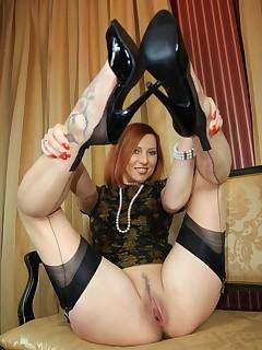 Vixen Nylons : long legs and sexy feet encased in nylon stockings
