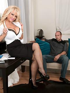 50 Plus MILFs - The shrink who makes things bigger - Bella Dea and Jimmy Dix (48 Photos)