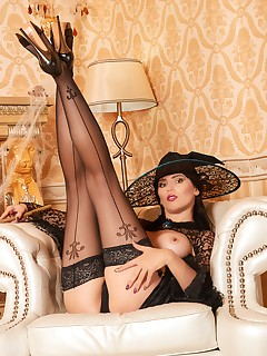 Nylon-Queen Free Picture Gallery - The Queen of Pantyhose and Stockings awaits you
