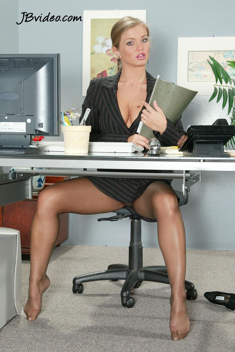 конечно, время девушки раздвигают ножки под столом паче